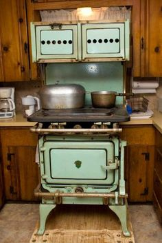 Antique Kitchen Stoves for Sale - Bing Images Antique Kitchen Stoves, Antique Stove, Primitive Kitchen, Old Kitchen, Vintage Kitchen, Kitchen Decor, Gas Stove For Sale, Stoves For Sale, Wood Burning Cook Stove