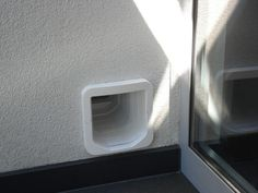 SureFlap Mikrochip Katzenklappe in Hauswand Pets, Diy, Scratching Post, Townhouse, House Exteriors, Bricolage, Do It Yourself, Homemade, Diys