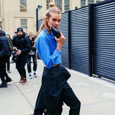 stella maxwell camisa jeans nyfw street style
