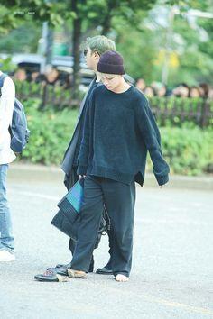 Tae perdeu o chinelo e voltou pra buscar