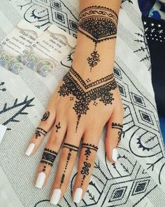 Pretty 32 Latest Hand Henna Designs for Weddings in 2019 - Henna - Henna Designs Hand Henna Tattoo Hand, Henna Tattoo Designs, Henna Tattoo Muster, Pretty Henna Designs, 27 Tattoo, Latest Mehndi Designs, Mehndi Designs For Hands, Tattoo Kits, Mehandi Designs