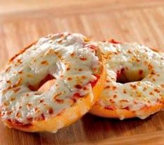 3 Weeks of Cheap Dinners, ready in under 15 minutes. To keep from eating out.we eat these pizza bagels all the time. So easy, yummy, quick. Think Food, I Love Food, Food For Thought, Good Food, Yummy Food, Tasty, Marinara Sauce, Meat Sauce, Snacks