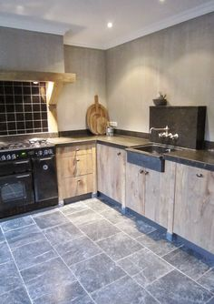 Kitchen inspiration. Wood rustic houten keuken. Onbehandeld Leisteen Landelijke keuken