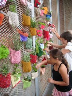 Fun idea for embellishing a chain link fence with knitting and plants – Recycl. - - Fun idea for embellishing a chain link fence with knitting and plants – Recycled Crafts. Yarn Bombing, Easy Fall Crafts, Diy And Crafts, Crafts For Kids, Fence Art, Diy Fence, Fence Ideas, Guerilla Knitting, Quilled Paper Art