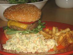 Hamburger amerikai káposztasalátábal és sültkrumplival