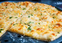 Křupavé česnekovo-sýrové tyčinky připravené za 7 minut! No Salt Recipes, Pizza Recipes, Casserole Recipes, Gourmet Recipes, Cooking Recipes, Appetizer Salads, Yummy Appetizers, Pizza Recipe Pillsbury, Slovak Recipes