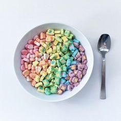plato con hojuelas de cereal ordenadas por color