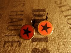 """Pendientes """"Black & Red Star"""" realizados reutilizando una peseta.  ..."""