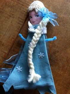 Frozen Crafts for children - Elsa wooden spoon puppet, must for all little frozen fans! I made this with my 6 year old x