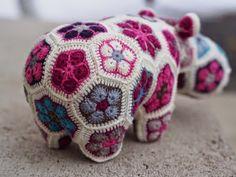 Kaikki mitä osaan: Söpö kuin virkattu virtahepo African Flower Crochet Animals, African Flowers, Crochet Flowers, Crochet Crafts, Crochet Toys, Knit Crochet, Cool Patterns, Crochet Patterns, Crochet Ideas