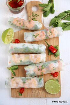 Vietnamese springrolls met garnalen – Mind Your Feed - Essen Clean Recipes, Veggie Recipes, Fish Recipes, Healthy Recipes, Vietnamese Drink Recipe, Vietnamese Food, Sushi, Onigirazu, Lunch Buffet