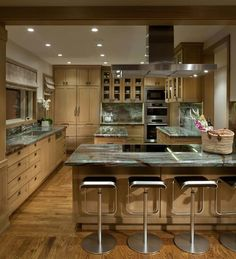 Not liking the counter tops but this seems like a functional kitchen in a small footprint. Functional Kitchen, Home Kitchens, Dream Kitchens, Urban Design, Modern Luxury, Decoration, Architecture Details, Kitchen Dining, Countertops