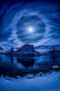 cedorsey: Lunar HaloPhoto Credit: (Kenneth Skulbru)