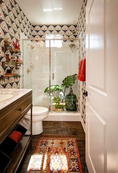 Wall papered bathroom