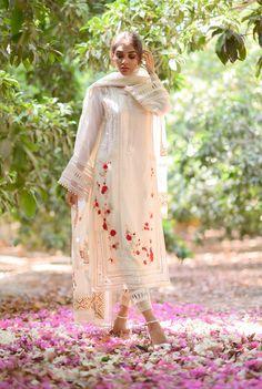Desi Wedding Dresses, Party Wear Indian Dresses, Pakistani Fashion Party Wear, Designer Party Wear Dresses, Pakistani Bridal Wear, Indian Fashion Dresses, Indian Designer Outfits, Pakistani Outfits, Designer Wear