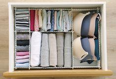 Interior de cajón con departamentos para guardar ropa interior y camisetas - 00449082. Interior de cajón con separadores para guardar ropa interior y camisetas - 00449082