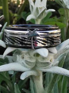 iXXXi Jewelry ist ein hochwertig, trendiges Wechselring-Schmucksystem aus Edelstahl. Es besteht aus einem Basisring mit Zierringen, Armbändern, Fussketten, Halsketten, Ohrringen und Sonnenbrillen, die in vielen Farben zusammengesetzt und kombiniert werden können. Da es eine Männer und eine Frauen-Kollektion gibt, ist es ein perfektes Geschenk, das jederzeit durch einen Zierring erweitert und verändert werden kann. Silver Rings, Shopping, Beauty, Jewelry, Sunglasses, Stainless Steel, Gift, Armband, Colors