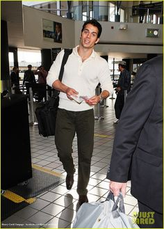 Henry-Cavill-Arriving-for-a-Flight-at-LAX-February-11-2012-22 by The Henry Cavill Verse, via Flickr