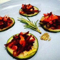 Invitados de último minuto? sorpréndelos con estos sencillos snacks vegetarianos:  Ingredientes: -Rodajas de pepino. -Remolacha rallada -Célery -lechuga romana -Cebollín  Aderezar: -Sal marina -Pimienta  Si quieres lucirte con unos snacks vegetarianos llámanos 0414-250.40.27  #Yerbabuena #merida #meriland #hechoenmerida #hechoenvenezuela #slowfood #healthyfood #health #cucumber #fitfood #green #microgreens #saludable #fitness #motivacionfitness #befit #cuerpoymente #salud #ejercicio