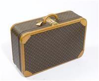 LOUIS VUITTON. VALISE semi-rigide en toile Monogram et cuir naturel, garniture en laiton doré, fermoir à combinaison sur fermeture à glissière, poignée, sangles, porte-adresse. (...) #LOUISVUITTON