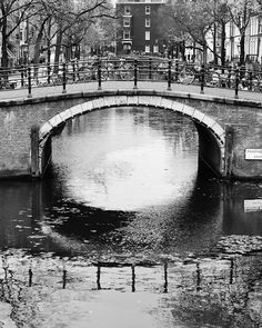 Beautiful canals, Amsterdam ✖✖✖ Photo by @elisabethdevires #ellphotography #goodmorning #monday #amsterdam #canals #beautifulshot #photography #blackandwhite #rosefield #rosefieldwatches