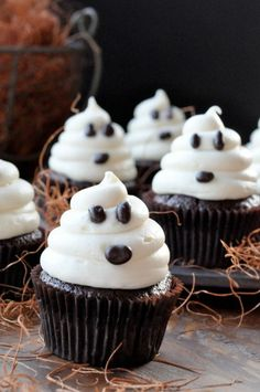 These Halloween cupcakes are so EASY! These scary halloween cupcake ideas will sure to be a hit at your next Halloween party! The BEST Halloween treats & desserts! Chocolat Halloween, Bolo Halloween, Halloween Torte, Halloween Baking, Halloween Food For Party, Halloween Treats, Halloween Ghosts, Halloween Pizza, Halloween Dinner