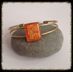 Bracelet jonc en laiton cabochon rectangle en résine orange réglable. : Bracelet par grenadine-co