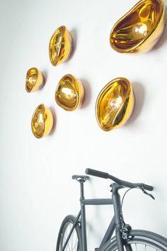 Après le cuivre, les designers misent sur l'or, valeur sûre (refuge) dans une époque mouvementée #design #tendances #Imm15  #lighting Ausum luminaria-DarkATnight vidrosoprado