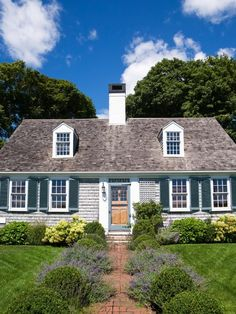 Cape Cod Style Home Decor. Cape Cod Style Home Decor. What Makes A Home Style Defining the Cape Cod Home Cape Cod Exterior, Exterior Trim, Exterior Design, Facade Design, Exterior Colors, Craftsman Exterior, Exterior Paint, Zaha Hadid, Style At Home