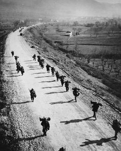 American soldiers march in step with their shadows toward Cassino along Highway 6 north of the Mignano Gap. Military Photos, Military History, Battle Of Monte Cassino, Ww2 German, Italian Campaign, North African Campaign, War Image, Military Diorama, American Soldiers