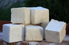 Como hacer jabon de Castilla paso a paso. En nuestro blog te enseñamos a hacer el clásico Jabón de Castilla con Aceite de Oliva, Sosa y agua. Lotion, Soap Tutorial, Beauty Treats, Home Hacks, Handmade Soaps, Dyi, Clean House, Diy Crafts, Home Made Soap