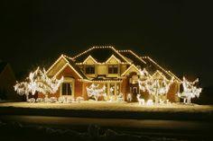 muchas luces blancas decorando la casa en navidad