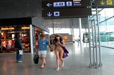 Si en estos días estás en el aeropuerto de Santiago de Compostela y te los encuentras... podrás ganar estancias en Fuerteventura!!    http://visitfuerteventura.es/fuerteventura-nos-mueve-el-sol/