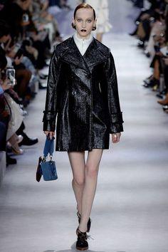 Le manteau en vinyl du défilé Dior automne-hiver 2016-2017