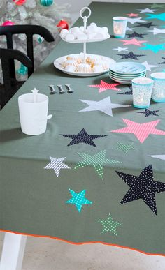 Create your own Christmas tablecloth Christmas Crafts For Adults, Christmas Decorations For Kids, Christmas Table Cloth, Christmas Projects, Winter Christmas, Xmas, Home Crafts, Diy And Crafts, African Christmas