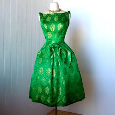 gorgeous KELLY GREEN DAMASK with metallic gold floral sculptural tulip skirt pin-up dress with tulle crinoline Vintage 1950s Dresses, Vintage Outfits, 1950s Fashion, Vintage Fashion, Women's Fashion, Green Party Dress, Green Dress, Green Formal Dresses, Pin Up Dresses