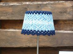 gehaakt jasje over een lampenkapje