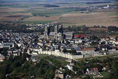 La Ville de LAON : Ville fortifiée sur une colline, Laon possède de nombreux monuments médiévaux, des hôtels particuliers. Située à son sommet, sa cathédrale lui a valu le surnom de « Montagne couronnée ». Office de Tourisme du pays de Laon - Hôtel Dieu, Place du Parvis Gautier de Mortagne - 02000 Laon I Tél : (+33) 3.23.20.28.62. I Proximité de Courcelles : environ 36 kms (39 mins)   (Crédit Photo : Office de Tourisme du Pays de Laon)