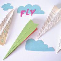 Vliegtuigje vouwen, dat zou ieder kind moeten leren.