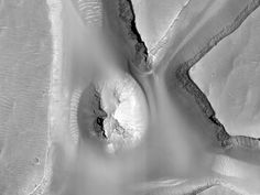 Un pequeño montículo en el interior de un canal de Candor Chasma