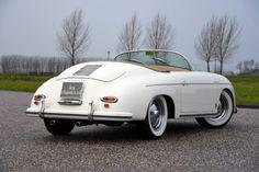 """De Porsche 356 Speedster werd in 1954 geïntroduceerd nadat Max Hoffman, de Amerikaanse importeur van het Duitse merk, kansen zag voor een goedkopere, spartaanse open sportauto op basis van de succesvolle 356. Porsche introduceerde daarop de 356 Speedster, zoals veel legendarische modellen uit de geschiedenis van Porsche leidde de """"kunst van het weglaten"""" tot één... verander mij in extras.php"""