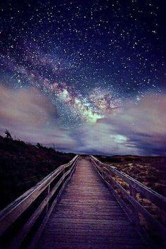 Aún te espero  con la mirada  al horizonte  y el corazón  aún doliente ...