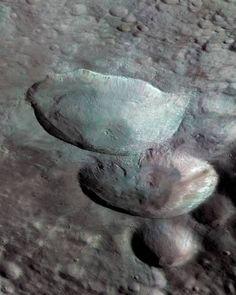Это одна из самых ярких особенностей астероида Веста: три кратера разных размеров, расположенные в форме снеговика. © НАСА, JPL, Dawn Spacecraft. Space, Floor Space, Spaces