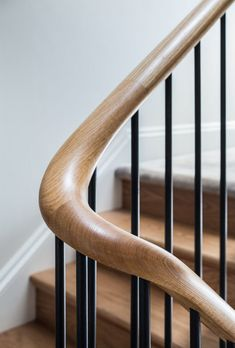 Wood balustrade hand rail detail on stairs. Finch House, 2016 Wood balustrade hand rail detail on stairs. Stairway Railing Ideas, Staircase Handrail, Stair Railing Design, Staircases, Banisters, Banister Ideas, Handrail Ideas, Balustrade Design, Staircase Runner