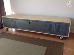 Meuble Tv ou buffet bas revisité à l'aide d'une armoire vestiaire tolix des années 80 supporté par des roulettes indus.