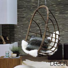 A graciosidade da cadeira suspensa, combinada à sofisticação das peles, garante charme ao décor