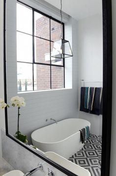 Une salle de bain au sol géométrique
