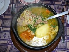 Ajiaco....(This soup can be prepared with leftover roast. In the broth are added roast potatoes, chopped onions, pepper, parsley, salt, pepper, cumin and oregano.  It is of Colombian origin, but is very popular in Chile) Chilean Recipes, Chilean Food, Recipe For Mom, American Food, International Recipes, Soups And Stews, Roast, Curry, Good Food
