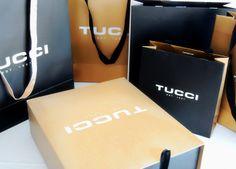 Sistema de packaging integral de Tucci, temporada otoño invierno. 5 medidas de bolsas, combinación de dorado, negro y blanco. Realizado en Estudio FBDI