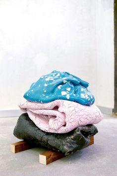 Guillermo Mora – Mis pies tu cabeza – 2014. L'artiste espagnol Guillermo Mora aime la couleur alors il en a fait son terrain de jeu. Explorant tour à tour la forme et la co…